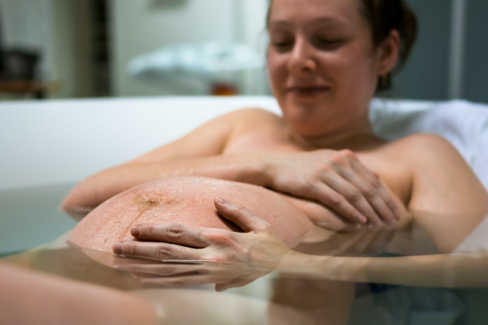 femme qui enfante dans l'eau